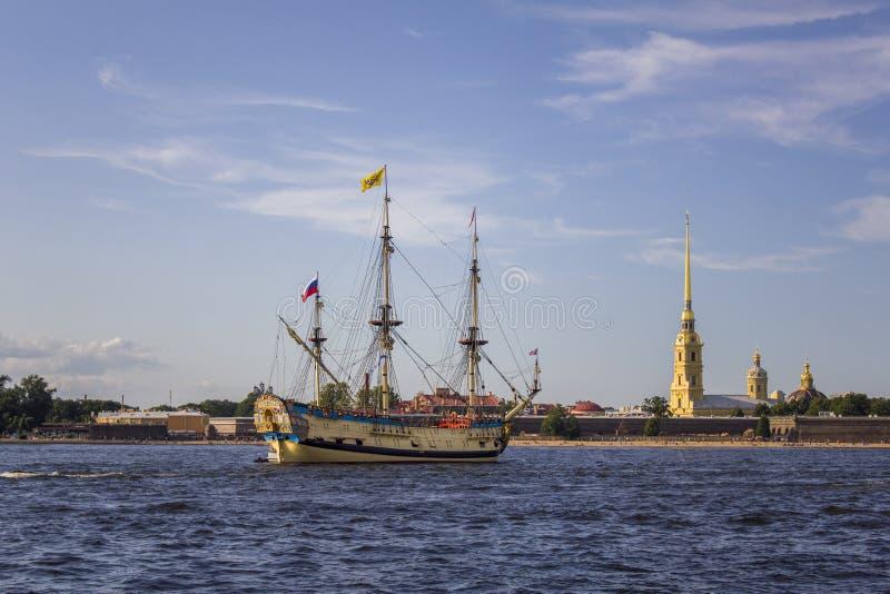 Bateau de navigation militaire russe antique Poltava sur le défilé dans le St Petersbourg dans Neva River dans la perspective de photo stock
