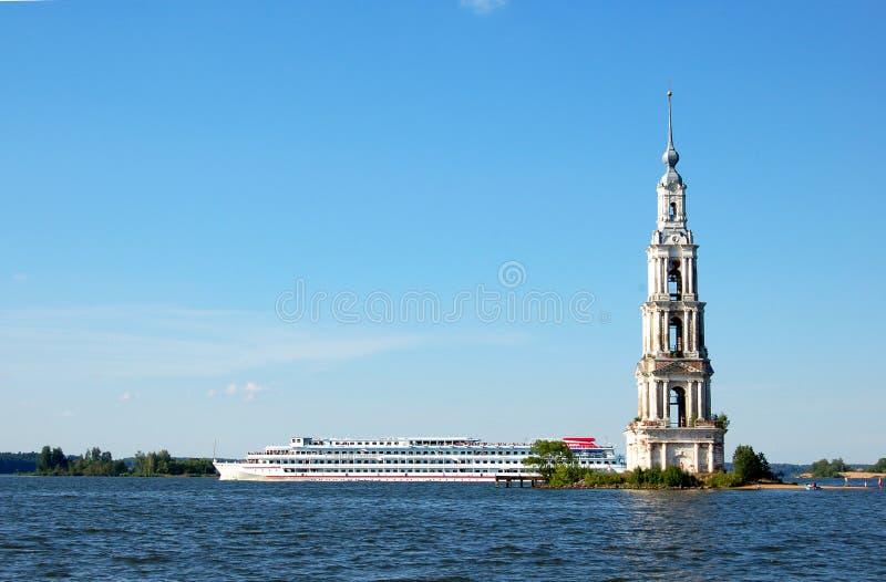 Bateau de navigation près de l'église inondée La Volga, Russie photographie stock