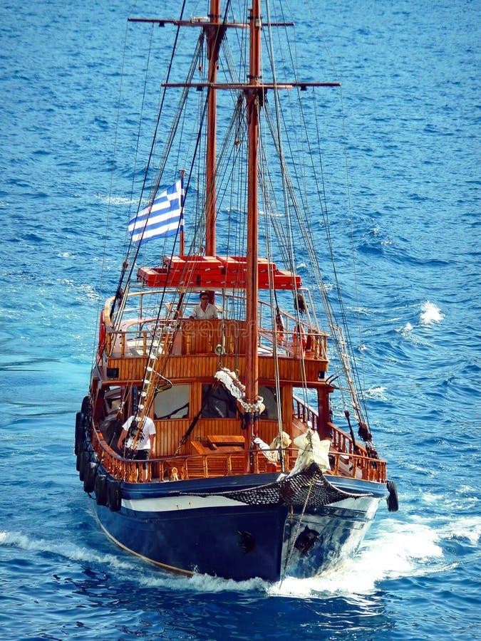 Bateau de navigation de style ancien, caldeira de Santorini, Grèce photo stock