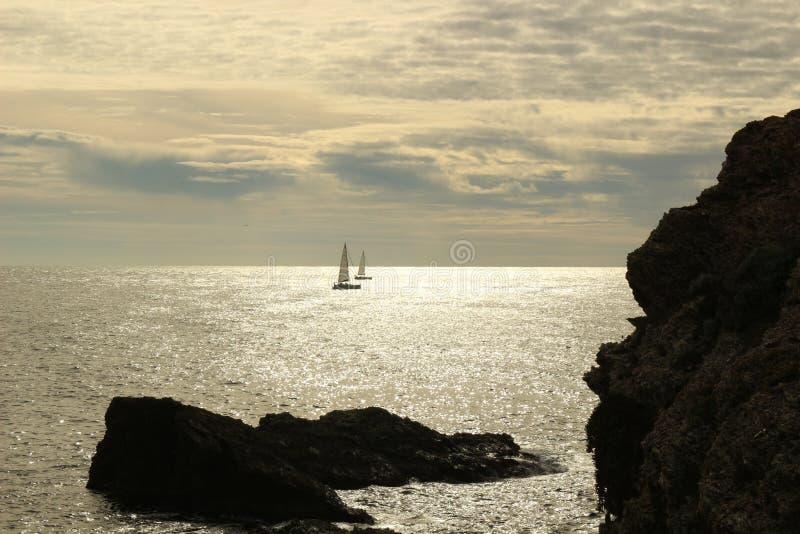 Bateau de navigation sur la mer Méditerranée photographie stock