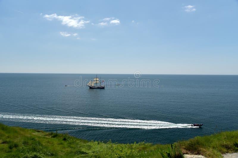 Bateau de navigation vu du chemin côtier près de la crique de Lulworth photo stock
