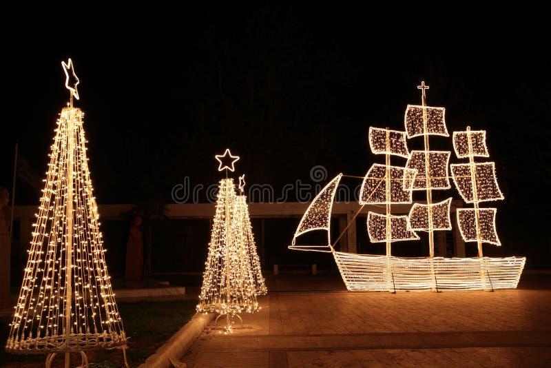 Bateau de Noël la nuit image libre de droits