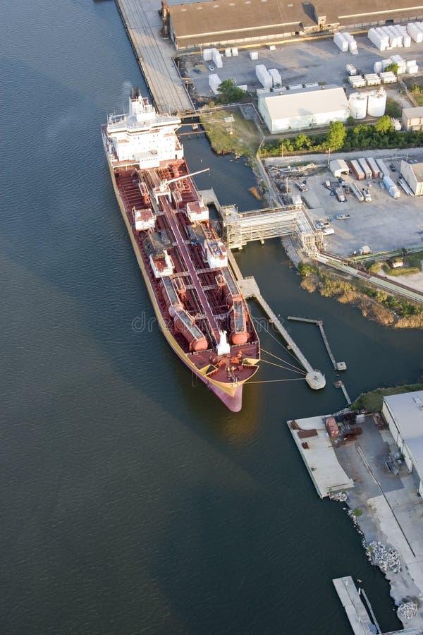 Bateau de pétrolier dans le port image stock