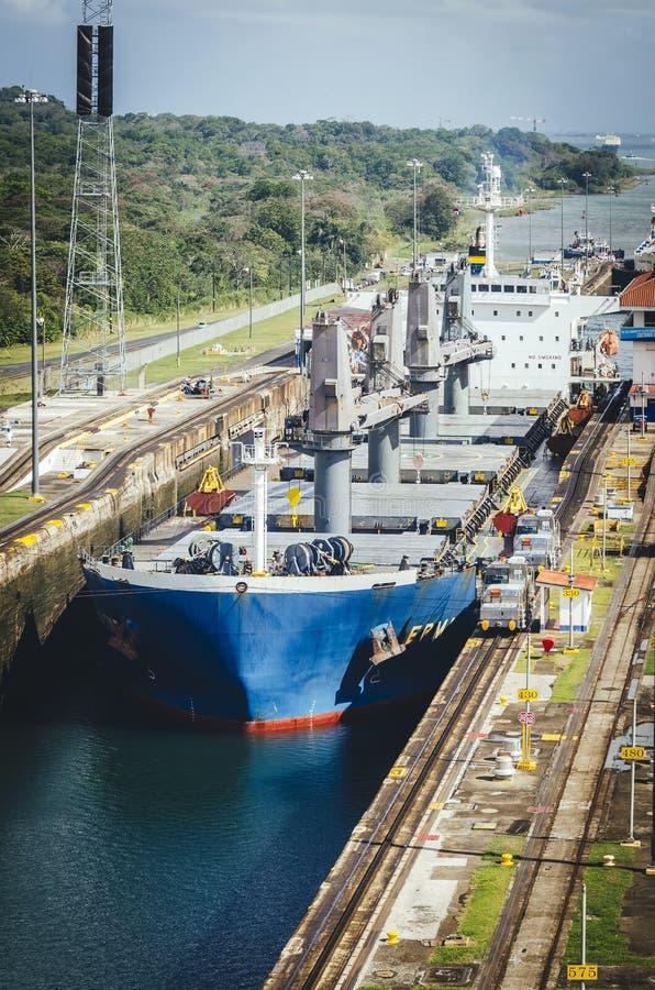 Bateau de pétrolier entrant dans le canal de Panama photos libres de droits