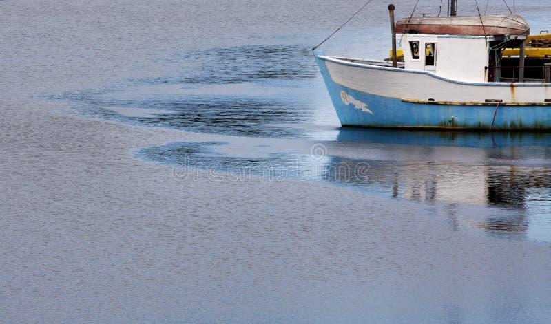 Bateau de pêche à l'aube photos libres de droits