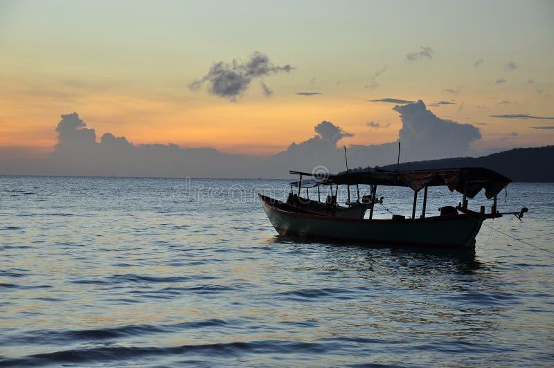 Bateau de pêche à l'aube, Koh Rong, Cambodge photographie stock
