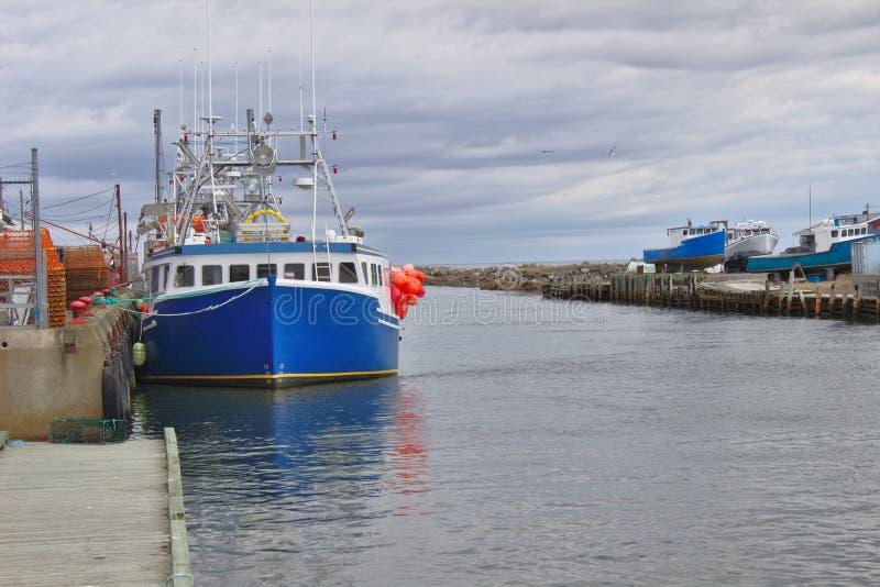 Bateau de pêche à la bouche du port 3125 A image libre de droits
