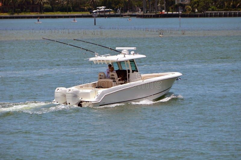 Bateau de pêche actionné par deux moteurs extérieurs images libres de droits
