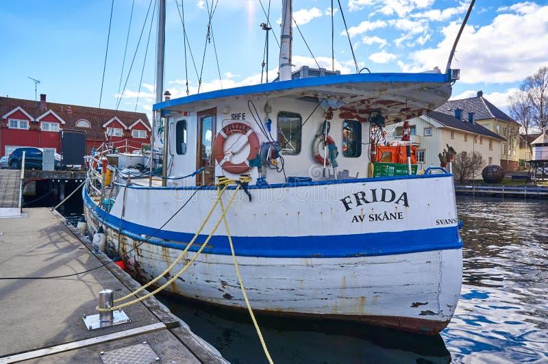 Bateau de pêche amarré par le rivage photo libre de droits