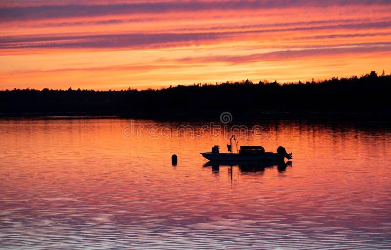 Bateau de pêche au coucher du soleil photographie stock libre de droits