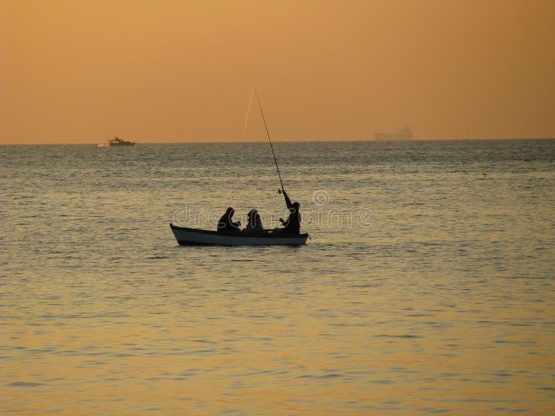 Bateau de pêche au coucher du soleil photo libre de droits