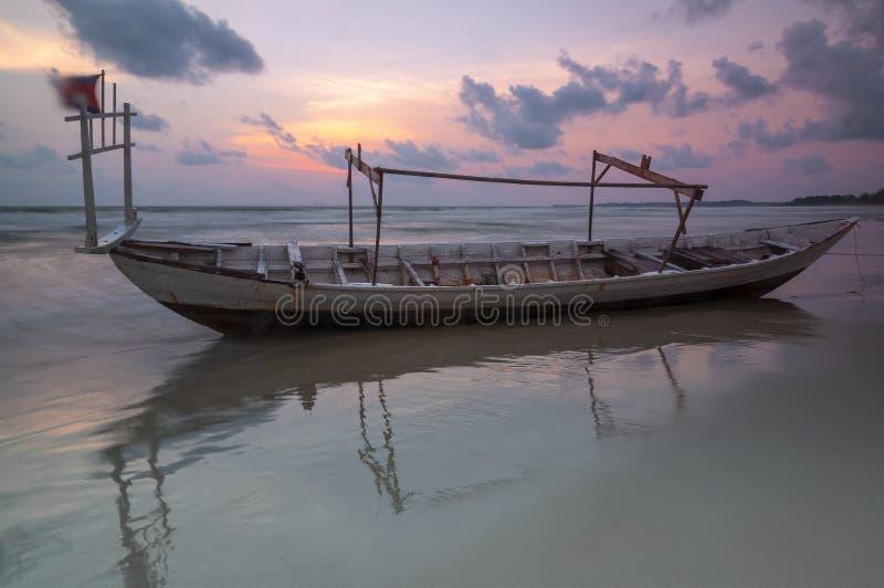 Bateau de pêche au coucher du soleil, Sihanoukville, Cambodge image libre de droits