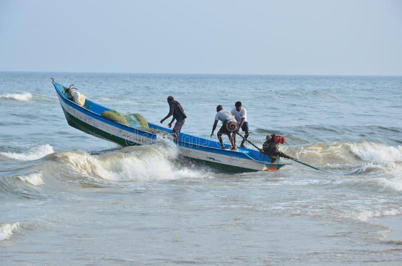 Bateau de pêche au-dessus d'une vague photographie stock