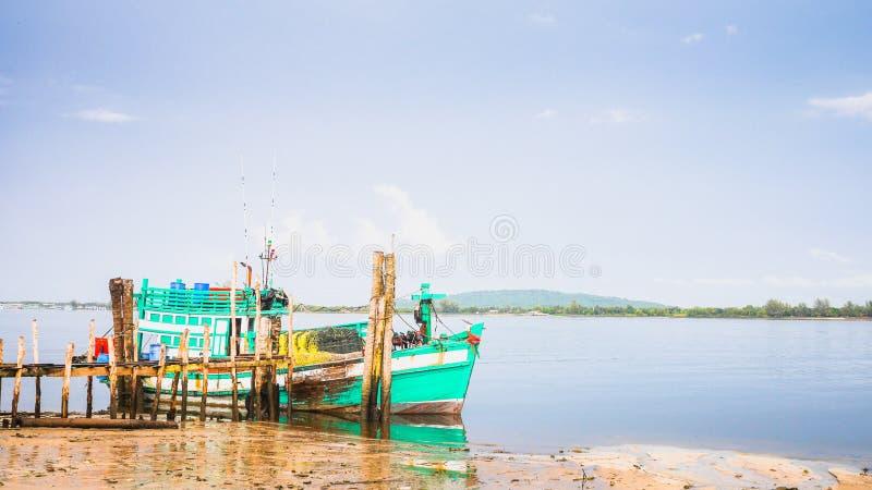 Bateau de pêche au pilier en bois photo libre de droits