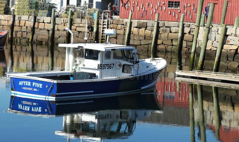 Bateau de pêche au port de la ville de Rockport au premier ressort images libres de droits