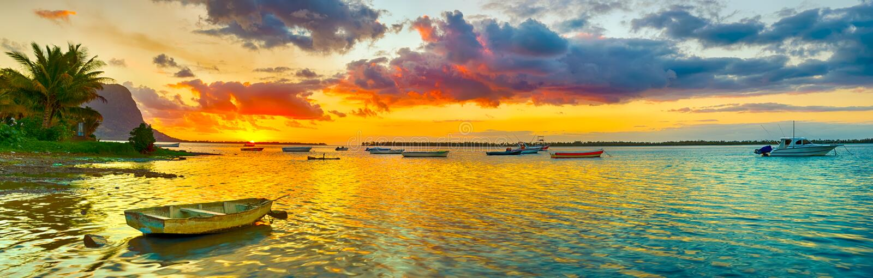 Bateau de pêche au temps de coucher du soleil Le Morn Brabant sur le fond Pano photos stock