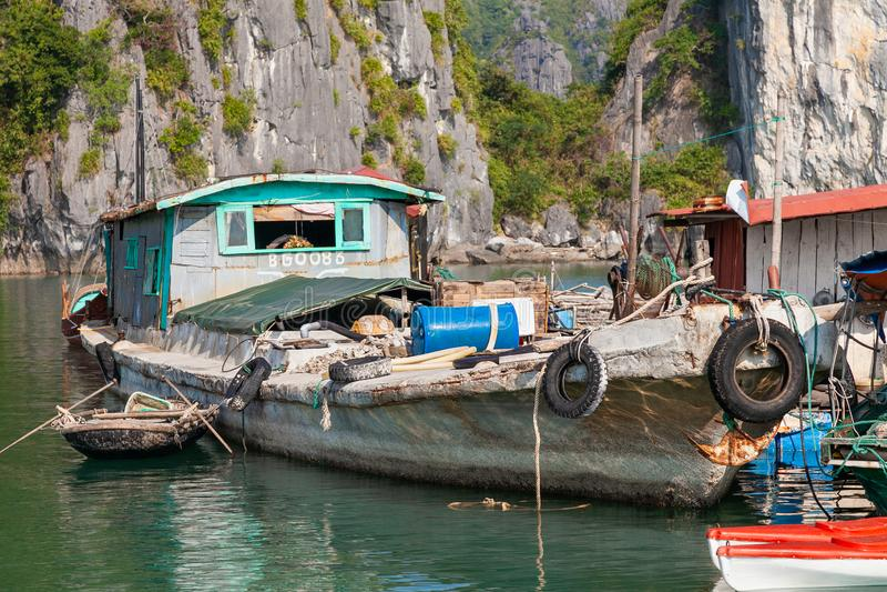 Bateau de pêche au village de flottement dans la baie long d'ha, Vietnam photo libre de droits