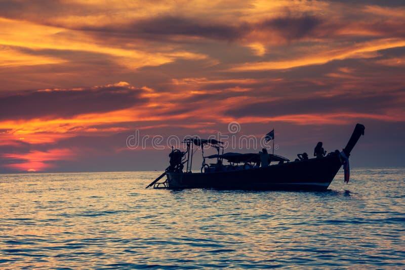 Bateau de pêche avec le coucher du soleil dans des îles de phi de phi, Thaïlande images libres de droits