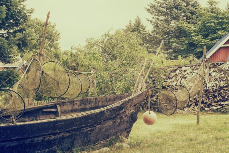 Bateau de pêche avec sécher des filets de pêche photo libre de droits