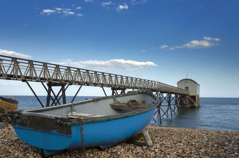 Bateau de pêche bleu à la gare de canot de sauvetage de Selsey Bill photos stock
