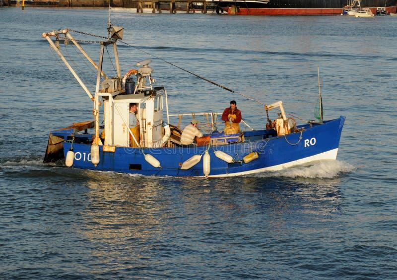 Bateau de pêche bleu photographie stock libre de droits