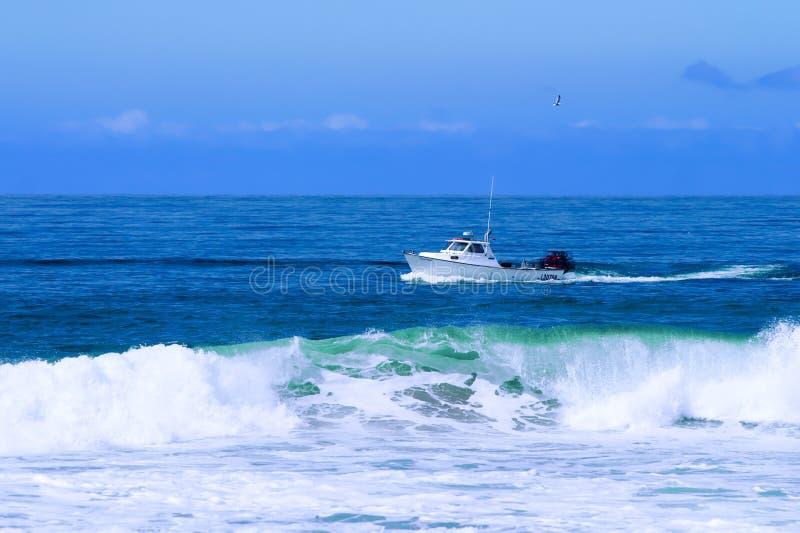 Bateau de pêche chalutant pour des poissons et contrôle des trappes de langoustine photographie stock libre de droits