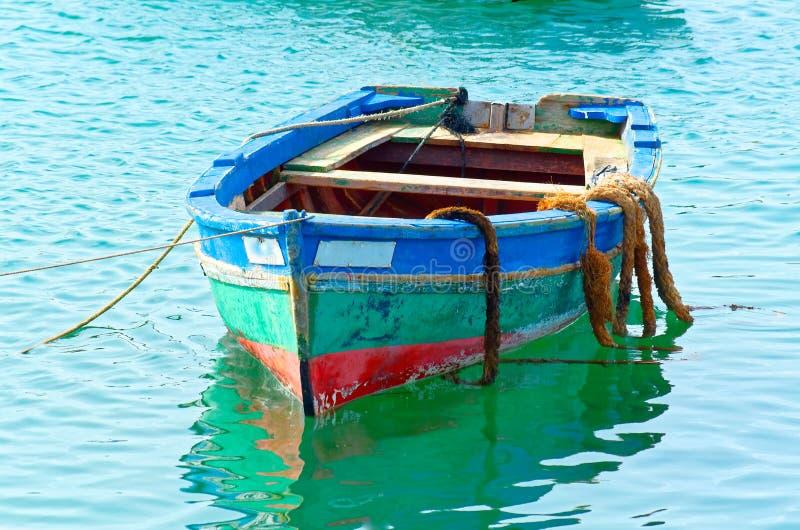 Bateau de pêche coloré images libres de droits