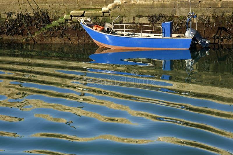 Bateau de pêche coloré et eau onduleuse, Portugal du nord images stock