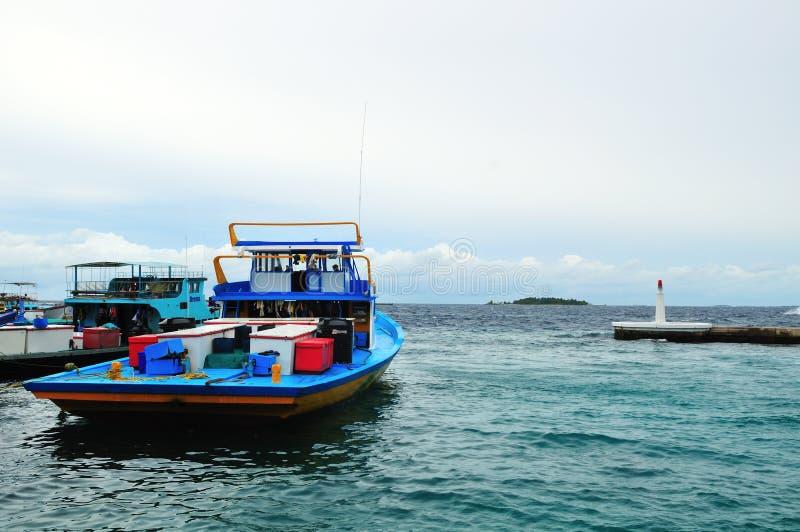 Bateau de pêche dans l'atoll mâle image stock