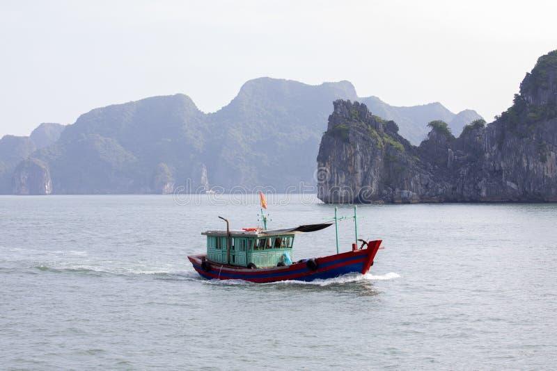 Bateau de pêche dans la baie de Lanh ha images libres de droits