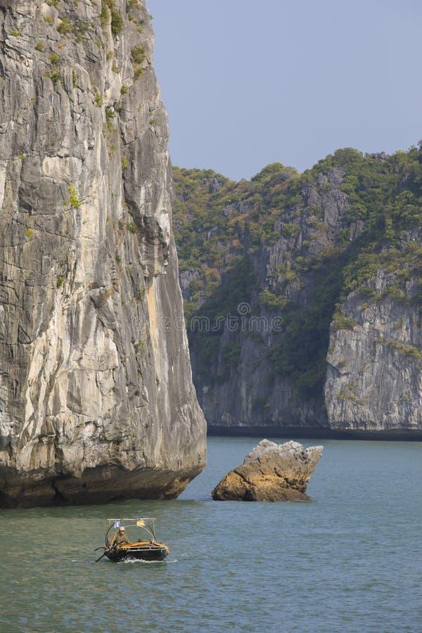 Bateau de pêche dans la baie de Lanh ha photo libre de droits