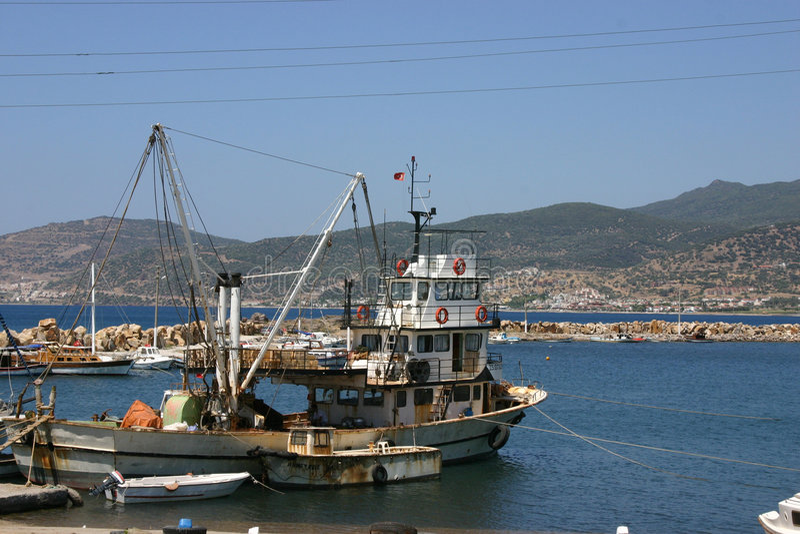 Bateau de pêche dans la marina photographie stock