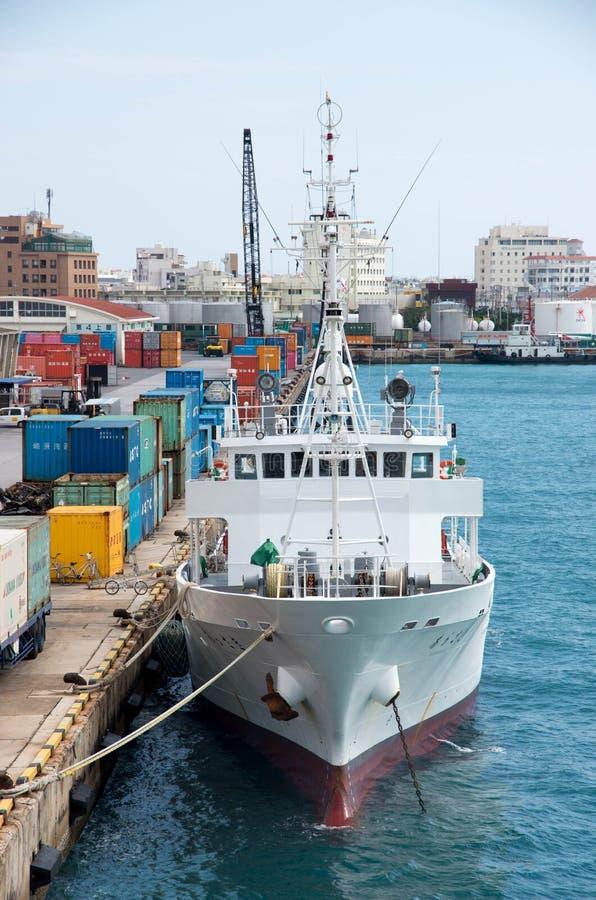 bateau de pêche dans le dock de l'Okinawa du Japon image libre de droits