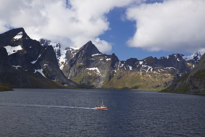 Bateau de pêche dans le fjord image libre de droits