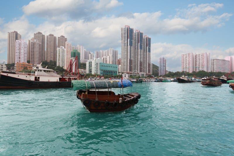 Bateau de pêche dans le port d'Aberdeen en Hong Kong photos stock