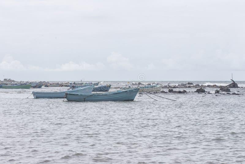 Bateau de pêche dans le valvattithurai de Sri Lanka images libres de droits