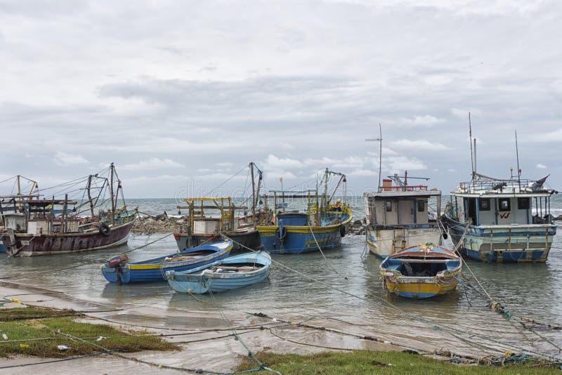 Bateau de pêche dans le valvattithurai de Sri Lanka image stock