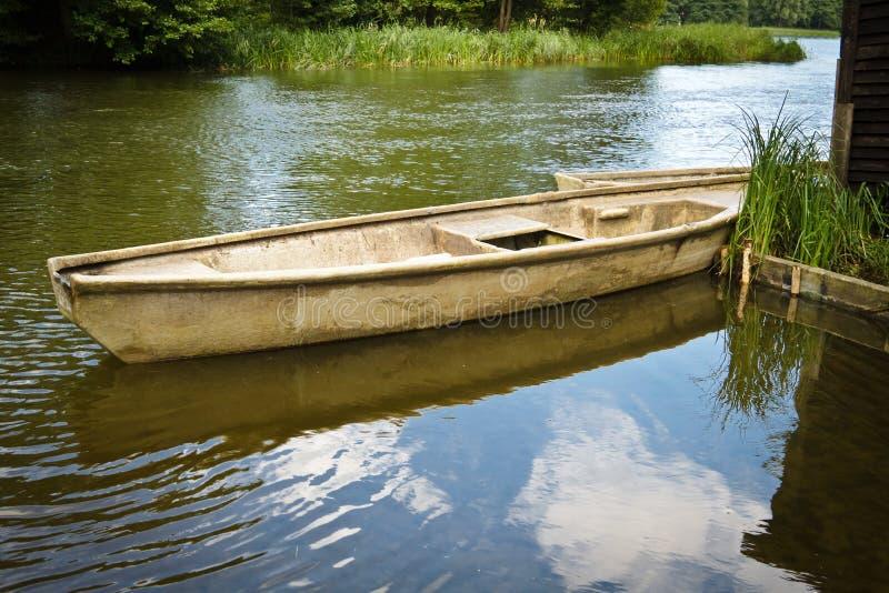 Bateau de pêche de cru dans le lac image libre de droits