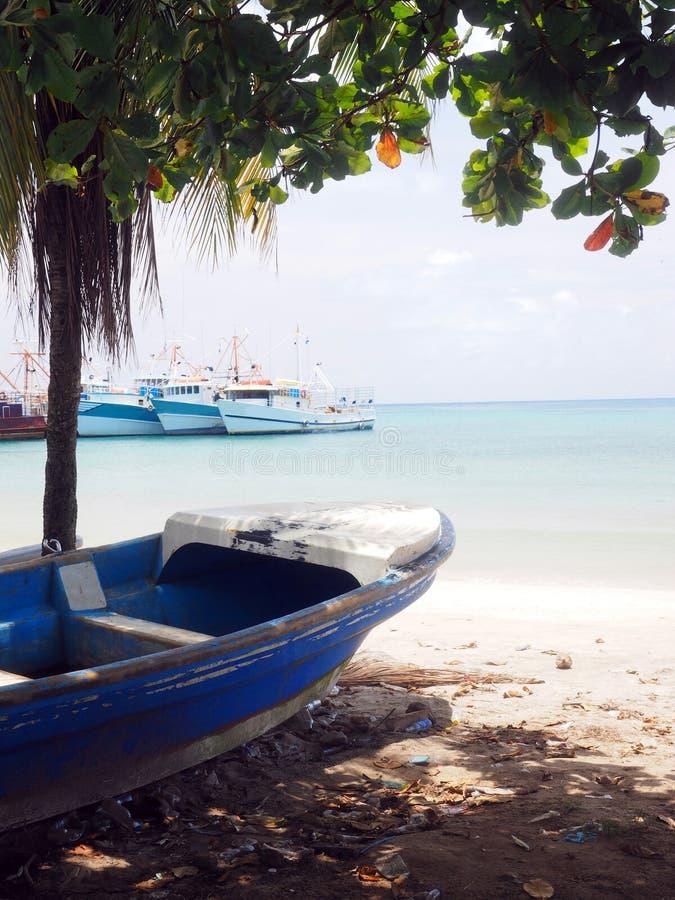 Bateau de pêche de Panga sur île de maïs de baie de Brig de rivage la grande Nicaragua C photo libre de droits