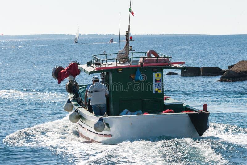 Bateau de pêche en action en mer photographie stock libre de droits