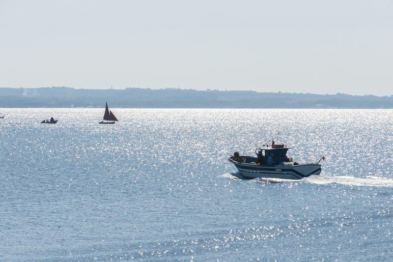 Bateau de pêche en action en mer photographie stock