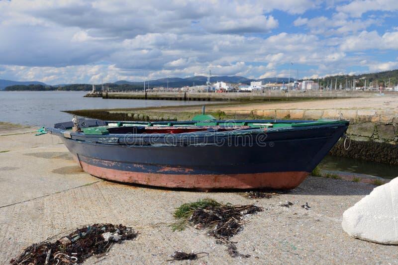Bateau de pêche en bois amarré images libres de droits