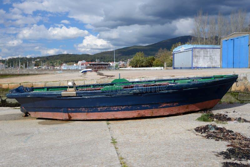 Bateau de pêche en bois amarré photos libres de droits