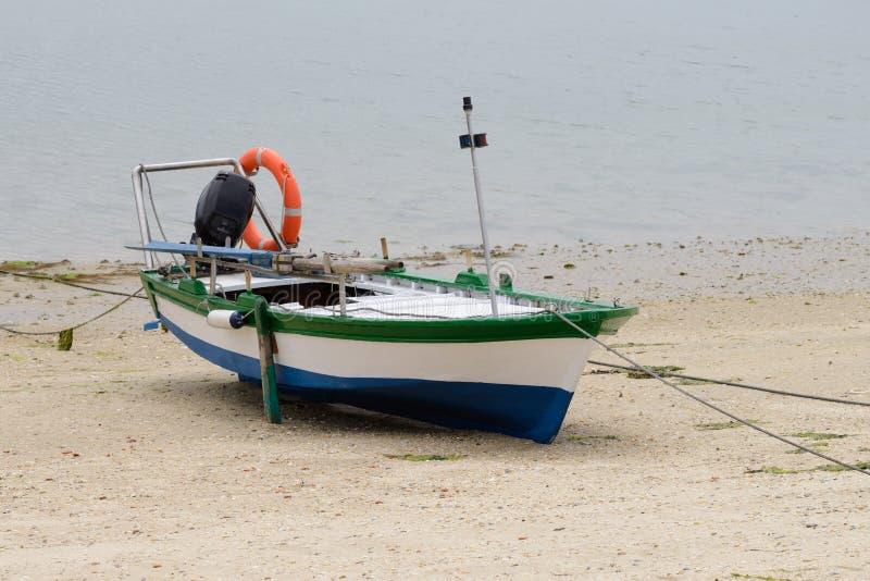 Bateau de pêche en bois amarré sur le rivage photos stock