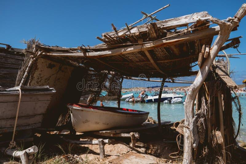 Bateau de pêche en bois sans moteur photos libres de droits