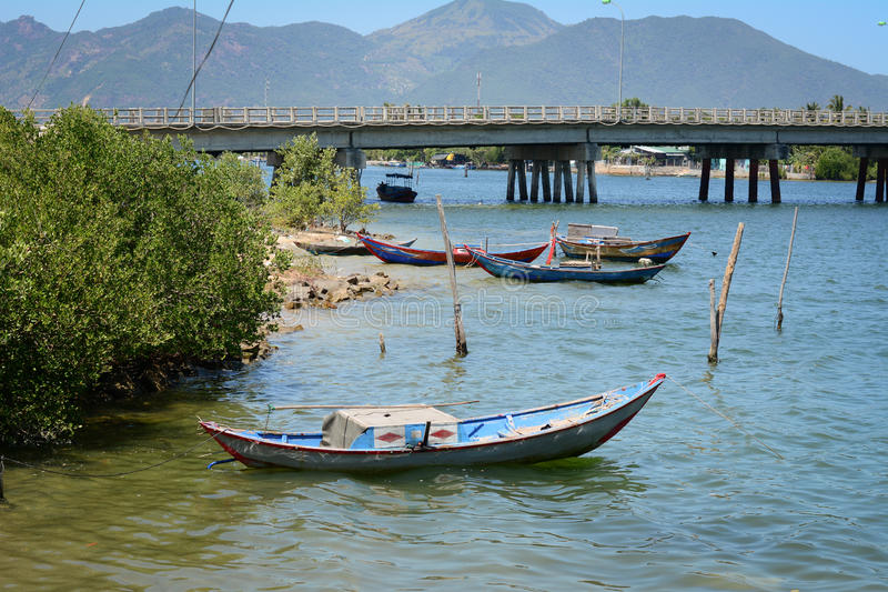 Bateau de pêche en bois sur le lac bleu image libre de droits
