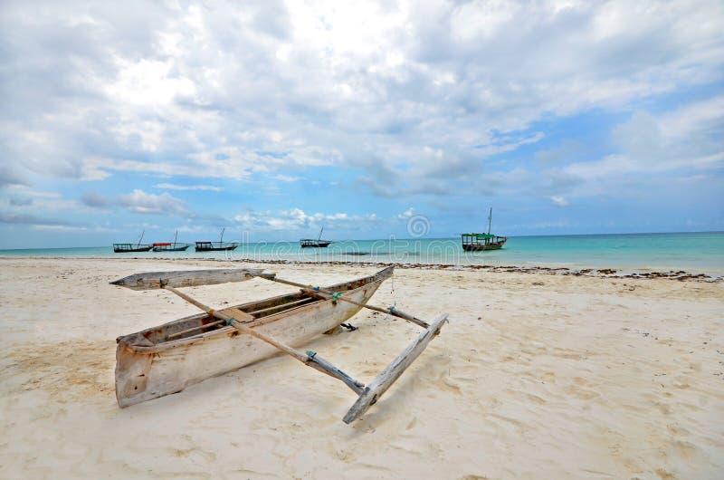 Bateau de pêche en bois sur une plage d'île de Zanzibar images libres de droits