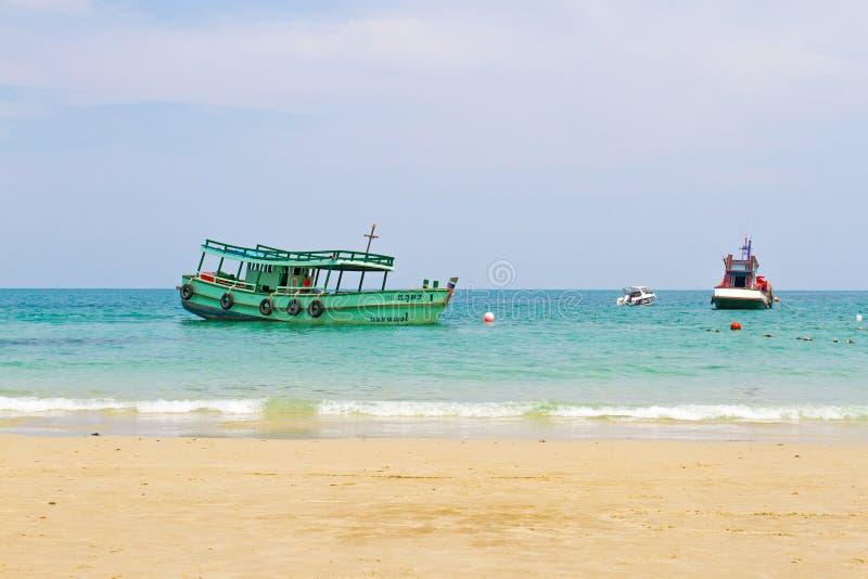 Download Bateau de pêche en mer photo stock éditorial. Image du extérieur - 56477218