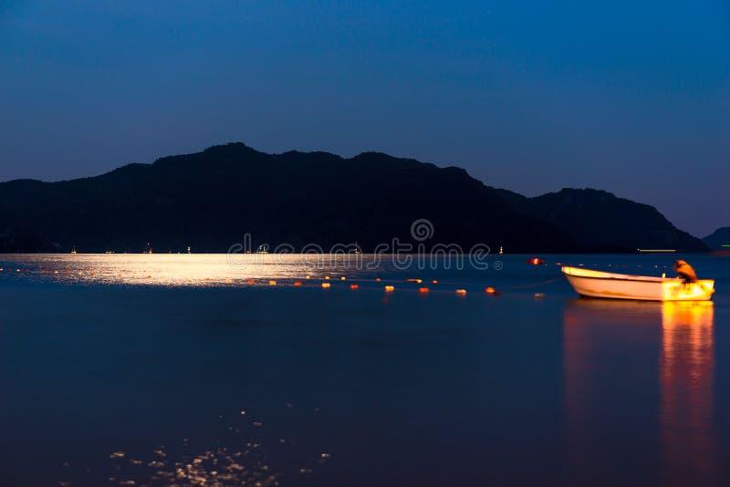 Bateau de pêche en mer de nuit photo stock