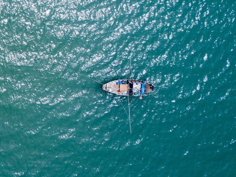 Bateau de pêche en mer Vue aérienne de bourdon photographie stock